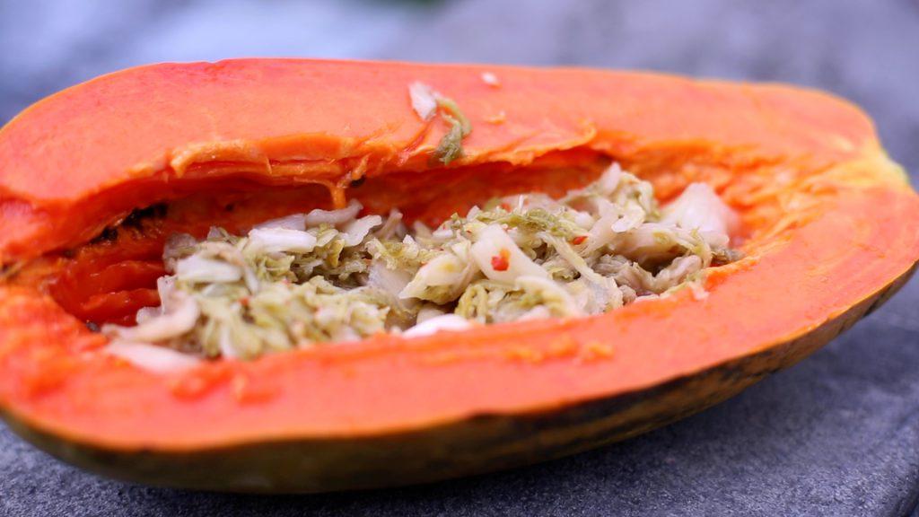Papaya essen mit Sauerkraut und Joghurt.