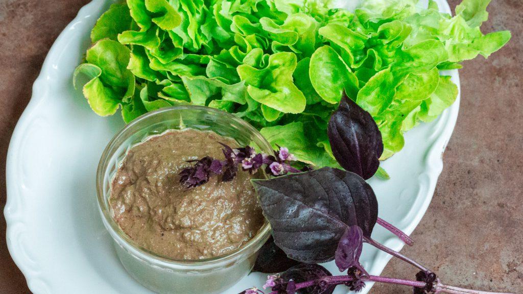 Rezept der Salatsauce mit Basilikum.