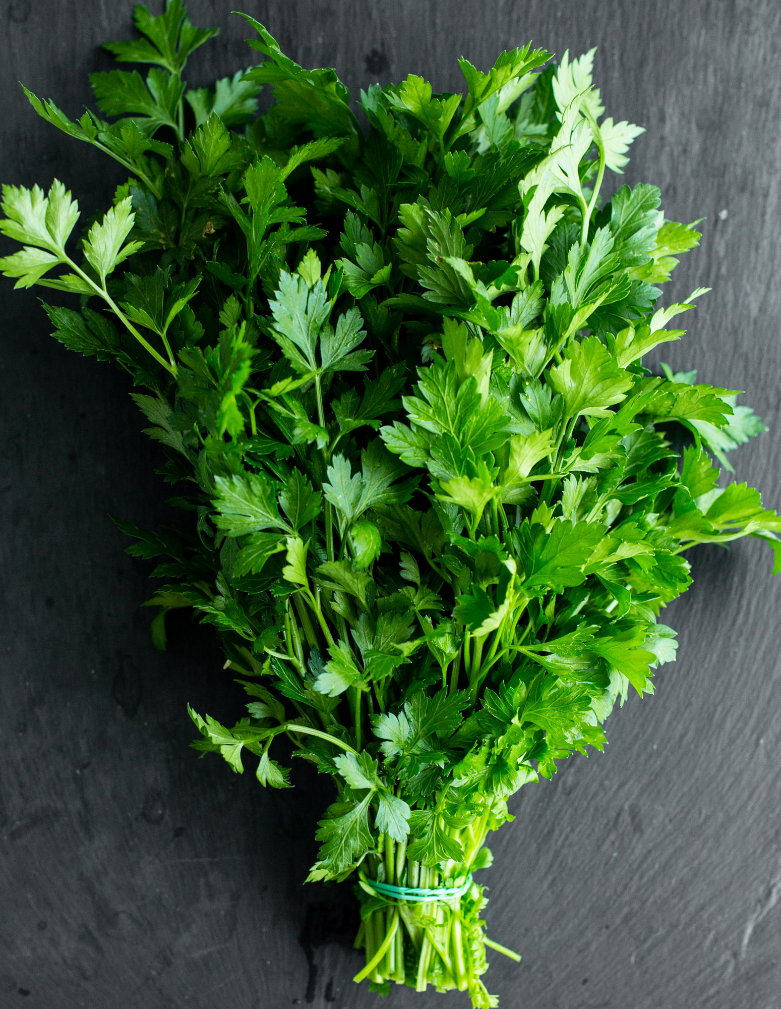 Organic parsley. Raw and vegan recipes with parsley.