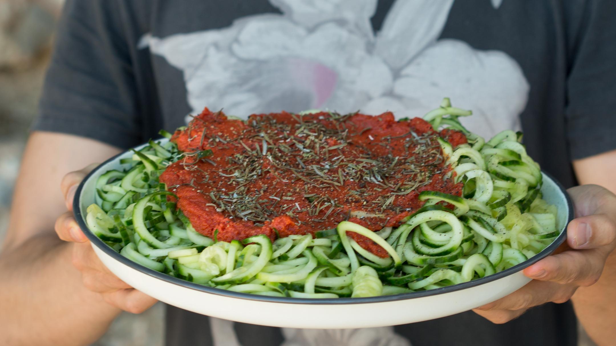 Спагетти из огурца с томатным соусом
