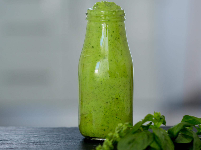 Зеленый соус для салата с авокадо и базилик