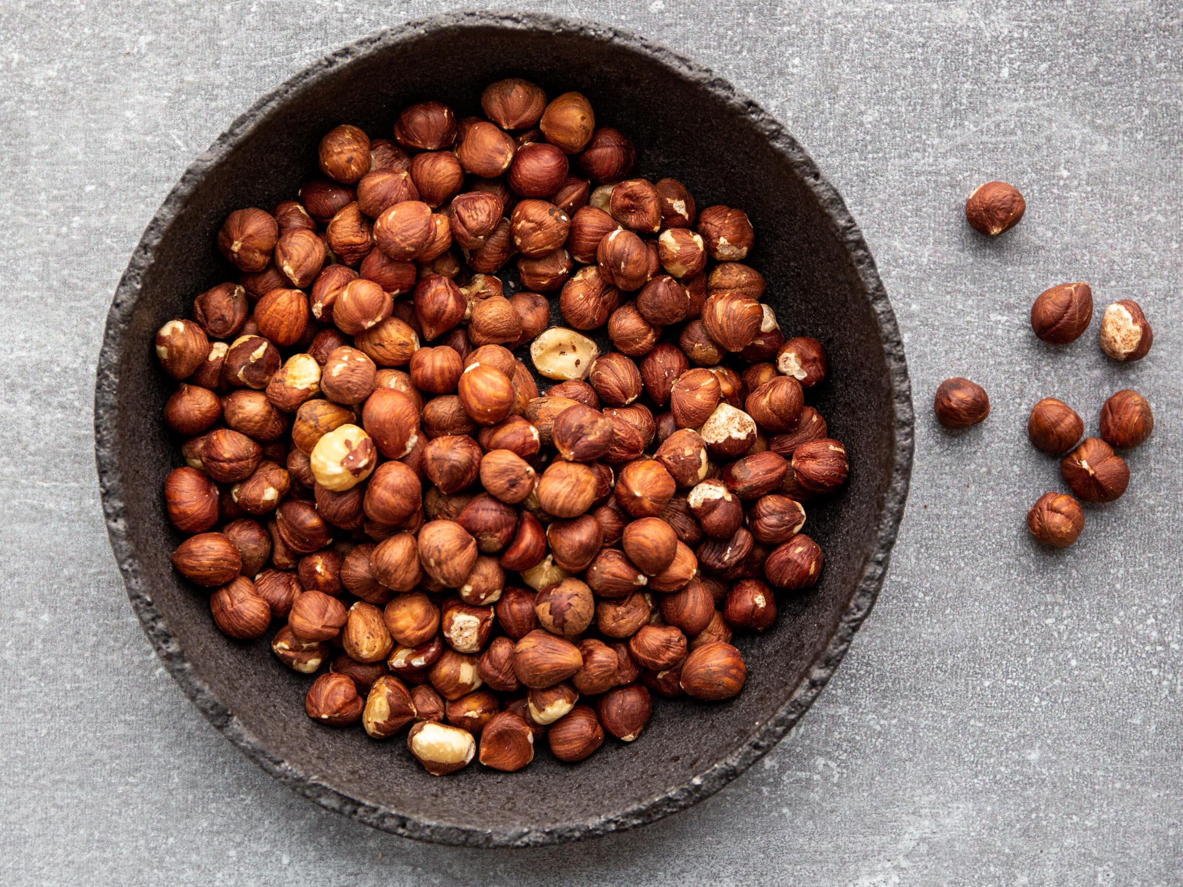 Die Nuss mit Wald-Geschmack. Rohkost und vegane Rezepte mit Haselnüssen.