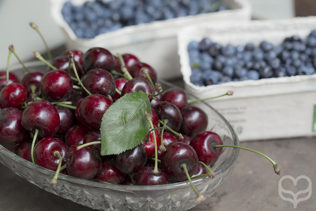 kirschen cherries plate blueberries